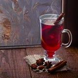 Vidrio de vino reflexionado sobre en la tabla de madera vieja Fotografía de archivo