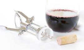 Vidrio de vino rojo con el abrelatas del corcho y del vino fotos de archivo libres de regalías