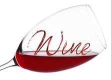 Vidrio de vino rojo con el chapoteo y los descensos de la fuente del vino Imágenes de archivo libres de regalías