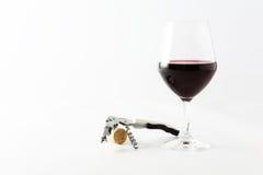 Vidrio de vino rojo con el corcho y el sacacorchos Imagen de archivo libre de regalías