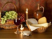 Vidrio de vino rojo, de uvas y de queso Imagen de archivo libre de regalías