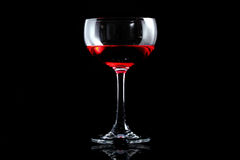 Vidrio de vino rojo en aislante negro Fotos de archivo libres de regalías