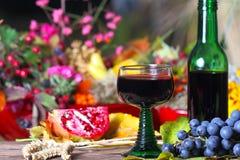 Vidrio de vino rojo en terraza otoñal Fotografía de archivo libre de regalías