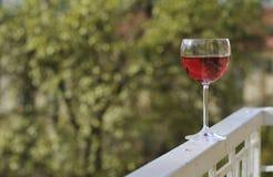Vidrio de vino rojo hacia fuera. Imágenes de archivo libres de regalías