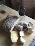 Vidrio de vino rojo, salami, queso Fotos de archivo