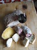 Vidrio de vino rojo, salami, queso Fotografía de archivo libre de regalías