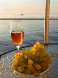 Vidrio de vino rojo y de uvas Fotografía de archivo