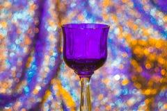 Vidrio de vino violeta fotografía de archivo