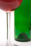 Vidrio de vino y botella de vino (visión cercana) Imagenes de archivo