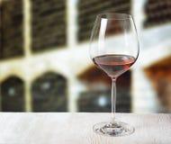 Vidrio de vino y de barriles de madera en lagar Imágenes de archivo libres de regalías