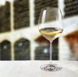 Vidrio de vino y de barriles de madera en lagar Foto de archivo