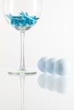 Vidrio de vino y de equipos de golf Fotografía de archivo