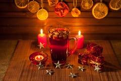 Vidrio de vino y de las decoraciones reflexionados sobre de la Navidad, velas, regalos imágenes de archivo libres de regalías