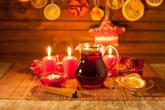 Vidrio de vino y de las decoraciones reflexionados sobre de la Navidad, velas, regalos fotografía de archivo