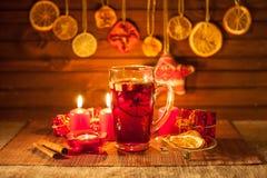 Vidrio de vino y de las decoraciones reflexionados sobre de la Navidad, velas, regalos foto de archivo libre de regalías