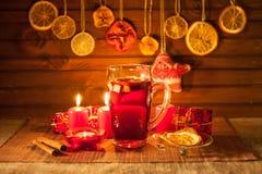 Vidrio de vino y de las decoraciones reflexionados sobre de la Navidad, velas, regalos fotos de archivo
