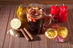 Vidrio de vino y de las decoraciones reflexionados sobre de la Navidad, velas, regalos fotografía de archivo libre de regalías