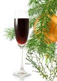 Vidrio de vino y de ramas con el fondo de las decoraciones de la Navidad Fotografía de archivo libre de regalías