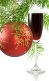 Vidrio de vino y de ramas con el fondo de las decoraciones de la Navidad Foto de archivo libre de regalías