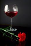 Vidrio de vino y una rosa Foto de archivo libre de regalías