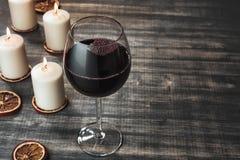 Vidrio de vino y de velas ardientes Fotografía de archivo libre de regalías