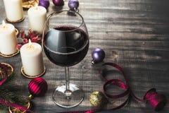 Vidrio de vino y de velas ardientes Imágenes de archivo libres de regalías
