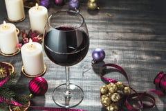 Vidrio de vino y de velas ardientes Foto de archivo libre de regalías