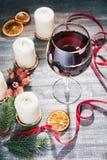 Vidrio de vino y de velas ardientes Fotos de archivo libres de regalías
