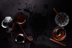 Vidrio de whisky con el cigarro que fuma Imagen de archivo