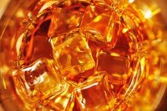 Vidrio de whisky con cierre del hielo para arriba imagenes de archivo