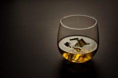 Vidrio de whisky contra un fondo oscuro Imagen de archivo