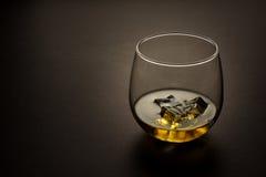 Vidrio de whisky contra un fondo oscuro Imagenes de archivo