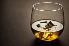 Vidrio de whisky contra un fondo oscuro Imágenes de archivo libres de regalías