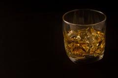 Vidrio de whisky contra un fondo oscuro Fotografía de archivo