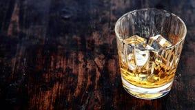 Vidrio de whisky, de borbón o de escocés, con hielo fotografía de archivo libre de regalías