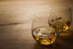 Vidrio de whisky en una tabla de madera Foto de archivo