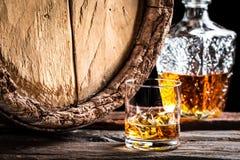 Vidrio de whisky envejecido con hielo fotos de archivo
