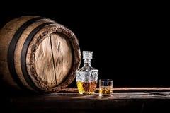 Vidrio de whisky fino en el sótano de la destilería imagenes de archivo