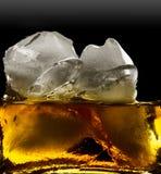Vidrio de whisky y de hielo fotos de archivo