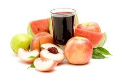 Vidrio de zumo de fruta y de frutas frescas Imágenes de archivo libres de regalías