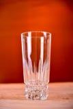 Vidrio de zumo de naranja en fondo marrón Imagen de archivo libre de regalías