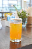 Vidrio de zumo de naranja en la tabla de la comida Imagenes de archivo