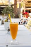Vidrio de zumo de naranja fresco Fotos de archivo libres de regalías