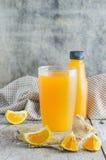 Vidrio de zumo de naranja fresco Fotos de archivo