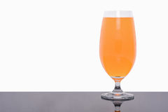 Vidrio de zumo de naranja fresco aislado en blanco Fotografía de archivo