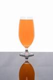 Vidrio de zumo de naranja fresco aislado en blanco Imagen de archivo libre de regalías