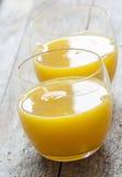 Vidrio de zumo de naranja recientemente presionado imágenes de archivo libres de regalías