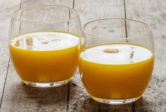 Vidrio de zumo de naranja recientemente presionado imagen de archivo