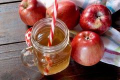 Vidrio de zumo de manzana y de manzanas rojas Imagen de archivo libre de regalías