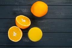 Vidrio de zumo de naranja desde arriba en la tabla de madera Listo vacío para su zumo de naranja, exhibición del producto de la f Fotografía de archivo